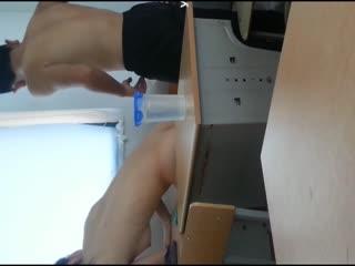 某镇中学的学生情侣在教室内露脸自拍吃禁果,白嫩的小女友很害羞 [自拍视频]