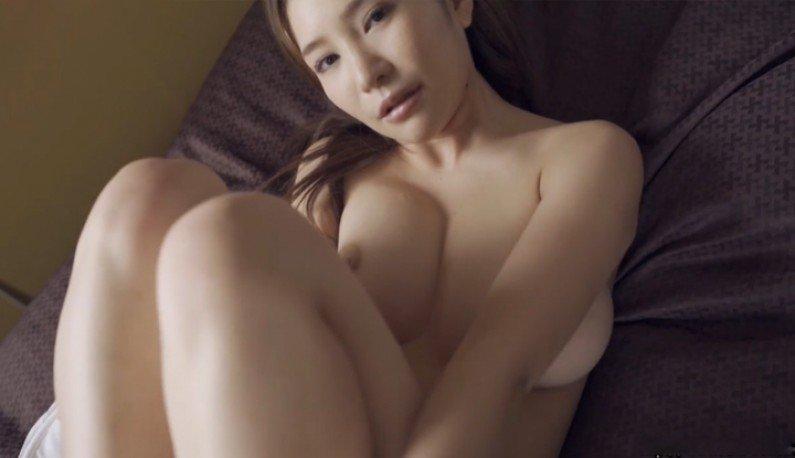 [日本] 高冷美乳妹~如果你愿意一层一层拨光我的衣~海报剧照