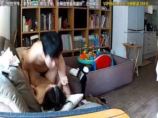 民宅网络摄像头被黑偸拍夫妻沙发上打炮大奶美娇妻海报剧照