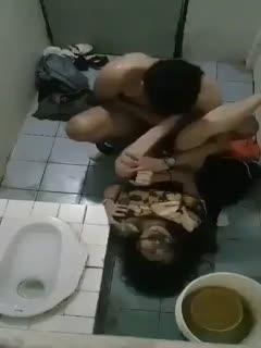 KTV玩挺疯啊,外面还有歌声和鸡鸣声,貌似女的烂醉但身体在反抗,趁喝醉拉到厕所搞了起来啊!海报剧照