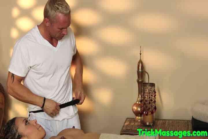 Massaged Ebony Babe Getting Pussyfucked海报剧照
