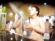 盗站流出女偷拍客潜入洗浴中心包包挖洞近距离偷拍女顾客洗澡沐浴
