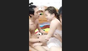 【主播】淫乱夫妻邀请有钱单身老板宾馆玩3P双洞齐开叠罗汉干的骚货嗷嗷叫场面太火爆