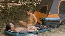 新婚小夫妻自驾游山上帐篷里开干
