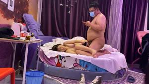 重金购买迷干02年幼师续集 18岁小美眉胖土豪骗到情趣酒店开房被下药爆草