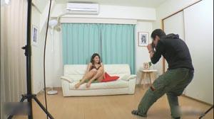 性感美女拍写真三万价钱干一次最后受不了还把精子射在嘴里叫她吃