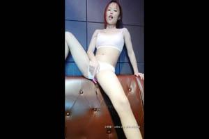 瑶瑶kiyomi KTV边唱歌边让小骚货在下面口交美滋滋,后入自己动