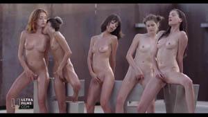 5位身材极品肤色不一的美女嫩模透明丝袜搔首弄姿全裸抹油互摸诱人