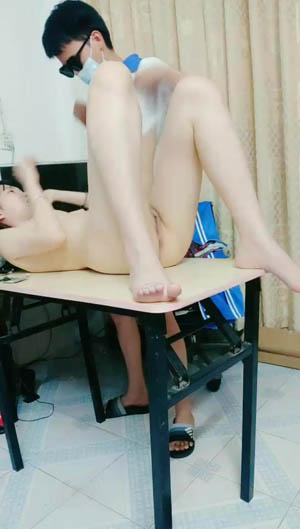 眼镜学生妹打电话叫学长来家里作业  辅导到卧室操上位骑坐操到大叫