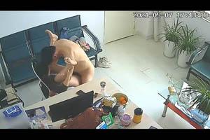 黑客破解摄像头 公司女财务和经理经常趁着没人在办公室沙发和椅子上偷情