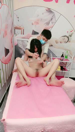 女人的性福天堂按摩店小哥精准服务 按摩奶子和逼逼玩弄奶头和阴蒂 各种抽插爆草