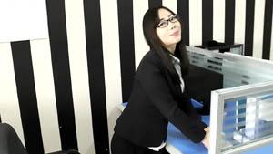 鸡年国外视频网站很火外貌非常淫骚的华裔美眉办公室被洋屌内射大屁股